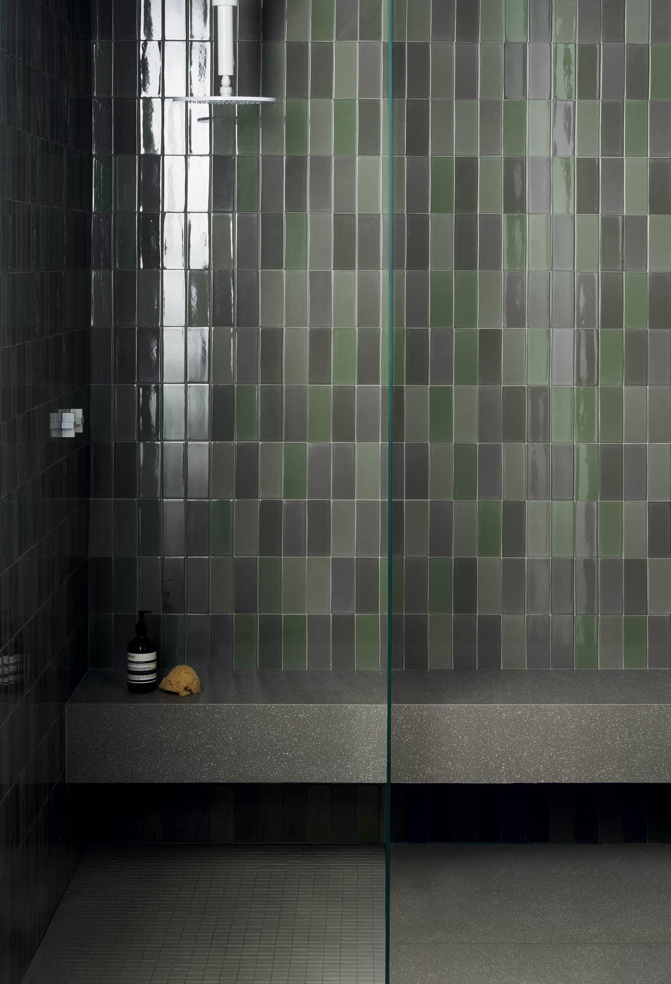 """Wall Brick Lux Verde 6,5x15,5 Floor Cosmo Verde 80x80 32""""x32""""/ Micro Cosmo Verde 29,5x29,5 12""""x12"""" Bench Cosmo Verde 80x80 32""""x32"""""""